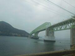 2017.12.29 岩国ゆき普通列車車内 大畠の大島大橋は山陽本線西側のハイライト。