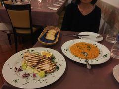スペイン広場から帰ってきて、本日の夕食です。  手長エビのリゾットと、カジキマグロのソテー。 ここ、めちゃめちゃおいしいです。  特にカジキマグロ! パサつくかと思いきや、とてもジューシーで柔らかい。 イメージ変わりました。