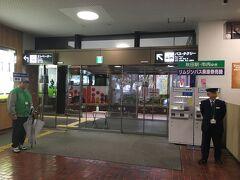 手荷物受取場を抜けたら、そこはリムジンバス乗車券販売所。 一番乗りです、1A万歳! 出迎え頂きありがとうございます。