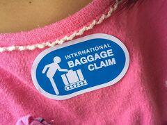 日本から預け荷物をスルーでプーケットまで送る場合、バンコク空港2階の乗継カウンターで貰うシール。プーケット到着時に国内線の利用客と別れて国際線ターミナルに連れて行かれ、そこで入国手続き及び荷物のピックアップ等を行う。間違えて国内線ターミナルへ降りないためにも剥しちゃ駄目です。