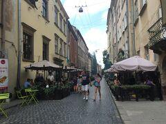 リヴィヴの旧市街地は、広場から小道に至るまで風情があって、これぞヨーロッパの古都という感じ。さっきも書いたけど、ポーランドの古都クラコフをふた回りほど小さくしたようなイメージです。中心部のリノック広場へ、北側のクラフスキカ通りを南下します。