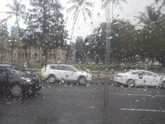 雨じゃなかったらイオラニパレスも降りたかった