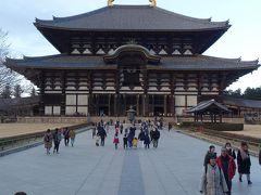 大仏殿は三代目。今の江戸時代に出来ました。 1709年(宝永6年) 拝観料500円 中央の金属製の灯篭も国宝です。