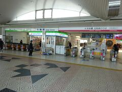 【その1】からのつづき  生駒ケーブルを往復し、生駒駅に戻ってきた。 左側(緑ライン)がけいはんな線で、右側(赤ライン)が奈良線と生駒線の改札口。 今回は右側の改札口を入る。 そういえば、けいはんな線も1回乗ったきりだなあ…