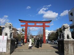 鶴岡八幡宮 二の鳥居  お正月は凄く混むので、いつも少し時期をずらしてお詣りさせてもらっているのですが、どうでしょうか・・・。