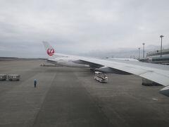ビュンっと飛んで新千歳到着。 時刻は10:50。 福岡への乗継便は14:40なので4時間ほどあります。  空港から出る予定はありません。