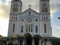 バギオ大聖堂(Katedral ng Baguio)  (Session Road)の東側、坂道を上った先の高台に建つ大聖堂です。   バギオ大聖堂:https://en.wikipedia.org/wiki/Baguio_Cathedral セッション通り:https://en.wikipedia.org/wiki/Session_Road