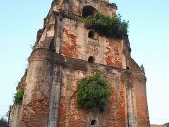 シンキング・ベル・タワー(Sinking Bell Tower)  ラワグ(Laoag)に到着しました。バスターミナルから町の中心に向かって歩きます。 ロータリーの先に目立つ塔は、1793年に建てられた地震バロック(Earthquake Baroque)と呼ばれる形式の鐘楼です。名前の通り毎年少しずつ地面に沈み込んでいます。   シンキング・ベル・タワー:https://en.wikipedia.org/wiki/Laoag_Cathedral#Sinking_Bell_Tower 地震バロック:https://en.wikipedia.org/wiki/Earthquake_Baroque