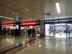 成田空港第一ターミナルは本当に久しぶり。しばらく見ないうちに、「外国からのお客様を迎える準備」がようやく進んできたように思います。こういうインフォメーションとか、切符売り場とかがすぐに分かるところにある、という当たり前のことが、今までできてなかったよな、と今になって気付きます。