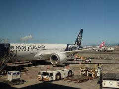 オークランド空港に到着、快晴の美しい空!