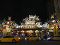 夜市の入り口の寺院もライトアップされていました。