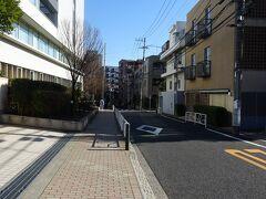 伝通院前まで戻り、善光寺坂を下っていく、途中で幸田露伴の子孫の方が住んでいる家があったらしいが、気づかず通り過ぎてしまいました。
