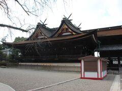吉備津神社へ 桃太郎のモデルともいわれる大吉備津彦大神を主祭神とする山陽道屈指の大社です。 後で行く予定でしたが、自分で作った予定表を再度確認してみたら先に行く事になっていたので、急きょ高速を降り向かいました。倉敷からですと15分くらい。 立派な廻廊があるのですがここに来て失念。 ガイドブックで見てたはずなのに~。 お参りした後はまた車を走らせます。