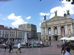 ヴェルニサージュの蚤の市、およびさっきの民族衣装屋さんからほど近いオペラハウス前の広場。噴水にはたくさんの人が集い、夏の東欧ののんびりムード。