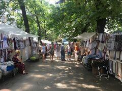 この他に青空市場が堪能スポットとして、リノック広場から北西にいった国立ミュージアムの向かいにあるヴェルニサージュ(蚤の市)があります。ウクライナ手刺繍のものを探すには最適でした。