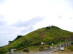 12:30 石垣島最北端の地・平久保崎に到着。 駐車場は、2か所ありました。 遊歩道を上って、あの山?丘??の頂上に行きます!