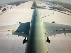 今度は着陸寸前のカメラ映像です。 空港内も雪が積もっていますね。滑走路はもちろん除雪されています。