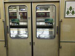航空券は東京発+大阪ー東京間別払いと大阪発東京経由の値段の差を比べた結果今回は伊丹発着で購入しました。 梅田から阪急電車で伊丹空港へGO(^ ^)