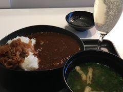 お散歩の後はさっさと出国してお食事へ~(^ ^) サクララウンジでカレーとスパークリング(^ ^)