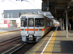 【2017年12月29日】  年末の帰省ラッシュで新幹線の混雑が予想されたため自宅を早朝に出発しました。前日は仕事納めでしたが思いがけず深夜残業となり睡眠不足です。東京駅はホームへの入場規制が行われかなりの混雑でしたが幸い自由席の座席を確保でき名古屋までの移動中に睡眠をとることができました。  名古屋から鉄道で飛騨に行くのであれば岐阜へ行くのが普通ですが、今回私はあえて中央本線で多治見へ移動。ここから旅行をスタートさせました。多治見駅で富山までの切符を購入して太多線の岐阜行き列車に乗車します。