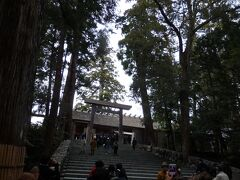 長い参道を進み、お宮へ向かいます。人の多さになんとなく進んでしまったので、後から考えるとちょっと勿体なかったな。  およそ2000年前に創建されたとされる皇大神宮(こうたいじんぐう) 皇室の御祖先とされる天照大御神(あまてらすおおみかみ)をお祀りする、神社の中でも別格とされる神宮。  写真撮影可なのは階段の下までです。 こちらもしっかりお参りしてきました^^