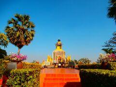 正面に鎮座ます銅像はセタティラート王。「タート・ルアン」を建設した人とか。