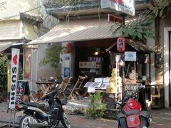 ここが日本食堂「大阪ハックチャオ」。  SUSHIの値段を見ると日本並み。外観は居酒屋風でも中身は高級店です。店頭には「Bitcoin」が使えますとも書いてます。