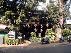 では○○の歩き方にも載っている「Khop Chai Deu Restauran,Lao PDR」で、ラオス最終日の晩餐といきたいと思います。  明るいうちはショボイ店ですが……