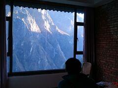 2017.12.28∼29 中国 虎跳峡トレッキング 途中宿泊のゲストハウスにて。窓いっぱいに山の全容が拝める。こんな贅沢な宿日本にあるだろうか。
