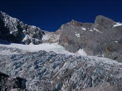 2017.12.31 中国 玉龍雪山4680m 目の前に氷河が広がる。真っ青な空、猛々しい山。テレビのドキュメンタリーでなく、自分の目でこんな景色が見れるなんて。何より驚きなのがロープウェイで行けること。すごいな、中国。