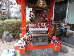 そして飛騨地方でよく見かけるのがさるぼぼです。下呂にもさるぼぼ神社がありました。さるぼぼは飛騨地方で昔から作られる人形で、「さるぼぼ」とは「猿の赤ん坊」という意味です。神社にはたくさんのさるぼぼが捧げられていました。