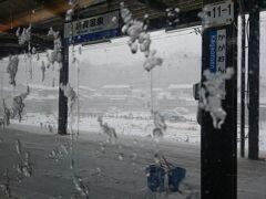 加賀温泉駅です。 ホームも雪が積もっています(>_<)