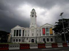 「ビクトリア・シアター&コンサート・ホール」  時間有れば寄って見たい建物! 空は鈍より、雲行きが怪しいな・・