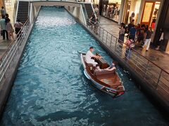 館内の人口運河を小舟「サンパン・ライド」 ゆったりとした時間が流れています。