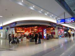 第2ターミナル5階(チェックインカウンターがあるフロア)にはディズニーストアが2つ。ディスカウント商品もあり、母娘はディズニーランドに行く前からショッピング開始です。先が思いやられます。