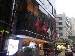 プルデンシャルホテル(恆豊酒店)は、MTR佐敦駅に直結の便利なホテルです。A21番のバスはネイザンロードを北から南に進みますので、ひとつ手前の油麻地駅を過ぎた当たりから準備をして、プルデンシャルセンターで下車しました。バス停と一緒に、周辺のホテル名も電光表示されるので、言葉がわからなくても安心でした。 写真はネイザンロードから東へ入った正面玄関。この他、バス停や地下鉄駅から、ショッピングセンターを通って入ることもできます。