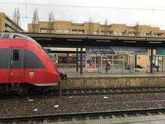 ポツダム観光を終え、ベルリン中央駅に戻ります。ベルリンからポツダムへは奥に写っているベージュの Sバーンを利用しましたが、切符は共通なのでちょっとだけ早く到着する手前に写っている赤い REGIO(RE1)を利用しました。ここからちょっとしたトラブルが。