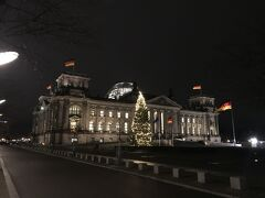 大きなドイツ国旗がとても印象的だった連邦政府庁舎兼国会議事堂。