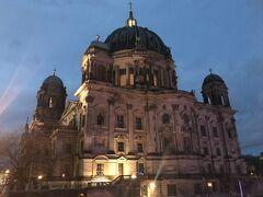 アレクサンダー広場からブランデンブルク門の方へ戻るように歩く事 10分ほどで大聖堂に到着です。こちらは裏手かな。