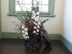 ブラフ18番館 1F廊下の生け花  お正月らしく松が使われています。
