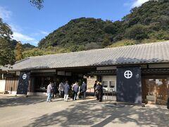 仙巌園は、万治元(1658)年、19代島津光久によって築かれた別邸です。 50000平米を超える広い庭園です。 入場料は1000円、仙巌園と尚古集成館の2か所に入場できます。