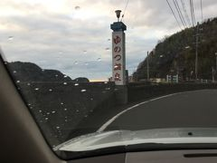 温泉津温泉街に車で迎えに来てもらい、 温泉街に入る直前の温泉津湾です。 この先に野口雨情の詩碑がありました。