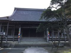 温泉街に戻って龍御前神社を再び通り、 のがわやを通り過ぎて西楽寺まで来ました。 この先に外湯の元湯と薬師湯があるようですが、 西楽寺で折り返しました。 大きな寺で鐘楼も立派でした。 最後に鐘を鳴らして無事をお祈りしました。