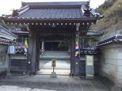 のがわやを一旦通り過ぎて西楽寺まで来ました。 大きな寺です。 小さい温泉津の町にはたくさんの寺や神社がありますね。 MAPによればすぐ隣にも恵こう寺があるようです。