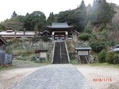 阿部家の向かい側が栄泉寺です。 ちょっと離れており階段がちょっとありますね。 竜宮門と言われているように反った形の龍宮城の雰囲気です。 この3㎞ほどの町並みにも多くのお寺がありました。