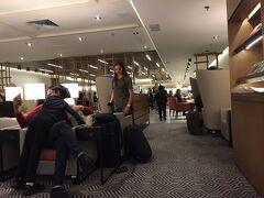 空港ホテルスタッフに荷物とチェックインをお任せ。助かる。  ラウンジは、いつものUAかと思ったら、今回の搭乗口に近いのは、シンガポール航空のシルバークリス♪  わーい、シャンペンあるよ♪♪♪ でも、かなり混雑していました。  ラウンジまでは持参の車椅子で自力で行きましたが、ラウンジから搭乗口までは介助をお願いしました。ありがとうございます。