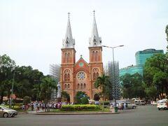 朝食後の散歩で聖母マリア教会までやって来る。  ホテルから10分ほどの距離ではあるが・・・  足場をかけてこれから工事を行うようだ。