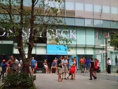 こちらは、ビテクスコファイナンシャルタワーのサイゴンスカイデッキに上るチケット売り場。 天気がいいので、観光客が集まっている。