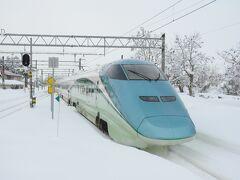福島からの奥羽本線は新幹線のつばさも走りますが単線のため行き違いで遅れが発生し多少の遅れで、銀山温泉に向かう大石田駅に到着。 駅にもかなりの雪が積もっています。