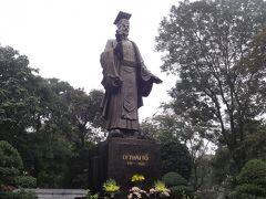 李太祖像の裏側からも音楽が聞こえてきます。